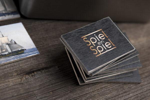 Egal, ob Vorder- oder Rückseite – obwohl es sich um Fotos auf Holz handelt, ein sehr kreatives Spiel!