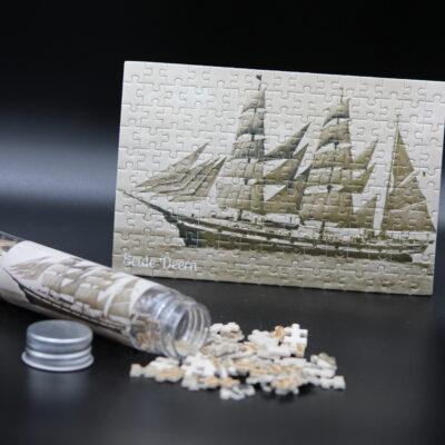 Eine Postkarte in 150 Teilen. Dieses Londji-Puzzle zeigt die Seute Deern um 1927 unter Segeln – lange war sie das Wahrzeichen der Seestadt Bremerhaven